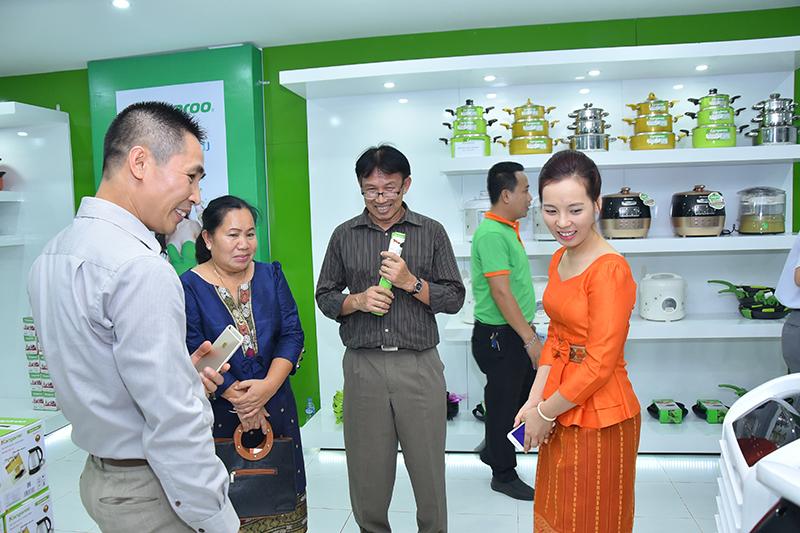 Khach hang tham quan mua sam cac san pham gia dung, nha bep tai showroom Kangaroo CN Lao