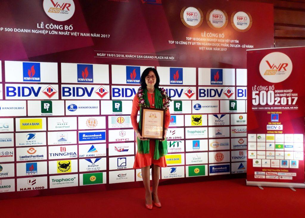 Ba Pham Thi Thuy Duong, dai dien Tap doan Kangaroo nhan giai tai buoi le VNR 500 Viet Nam 2017