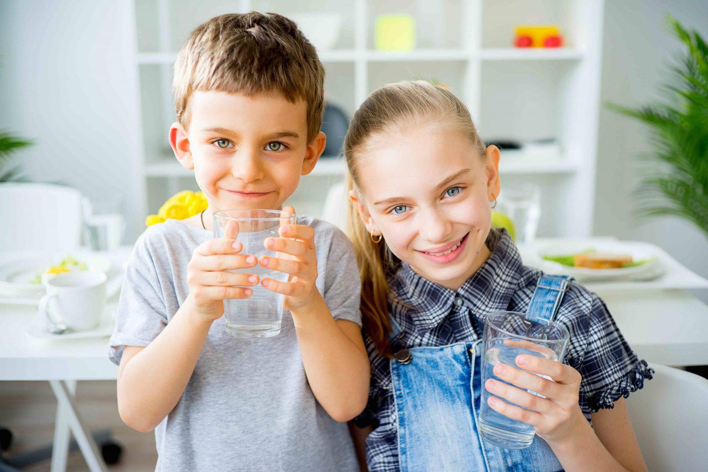 Trẻ em uống nước Hydrogen ion kiềm