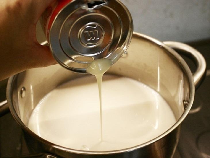 Cho sữa đặc vào nồi