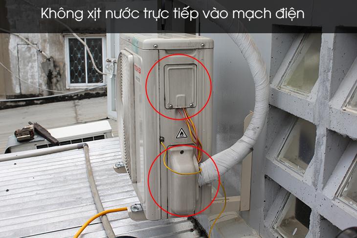 Không vệ sinh trực tiếp vào mạch điện