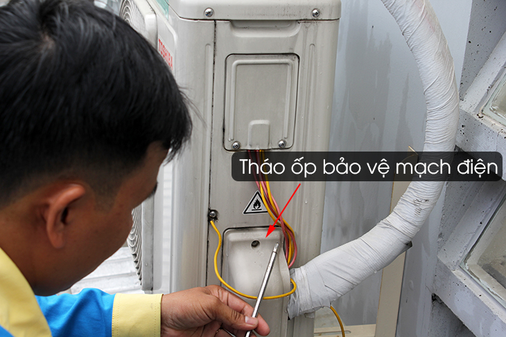 Tháo ốp bảo vệ mạch điện