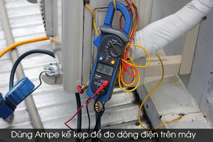 Dùng ampe kế kẹp để đo